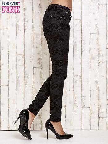 Czarne spodnie rurki we wzór abstract                                  zdj.                                  3