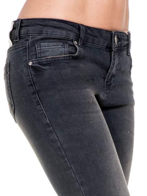 Czarne spodnie skinny jeans z rozjaśnianą nogawką z delikatnymi przetarciami                                  zdj.                                  6