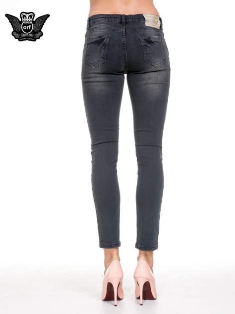 Czarne spodnie skinny jeans z rozjaśnianą nogawką z delikatnymi przetarciami                                  zdj.                                  5