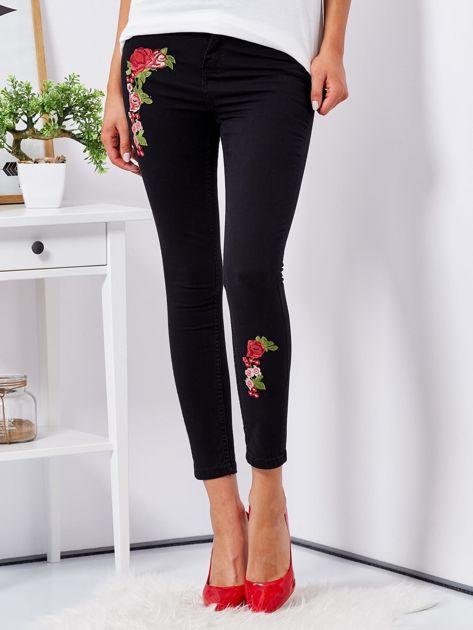 Czarne spodnie skinny z naszywkami                              zdj.                              1