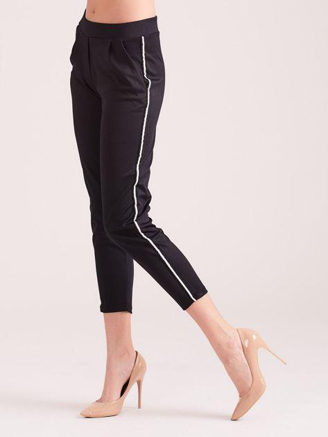 Czarne spodnie sportowe z lampasem                              zdj.                              1
