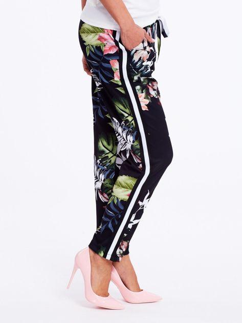 Czarne spodnie w kwiaty z lampasami                              zdj.                              1