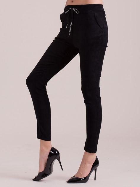 Czarne spodnie z imitacji zamszu                              zdj.                              3