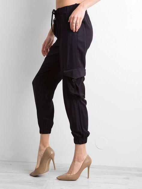 Czarne spodnie z kieszeniami i wiązaniem                              zdj.                              3