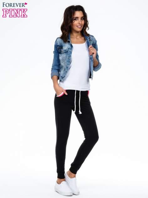 Czarne spodnie z kolorowym akcentem przy kieszeniach                                  zdj.                                  2