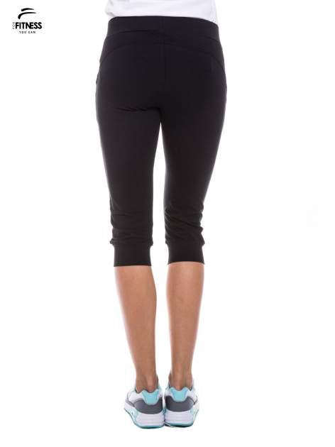 Czarne sportowe spodnie za kolano typu capri                                  zdj.                                  4