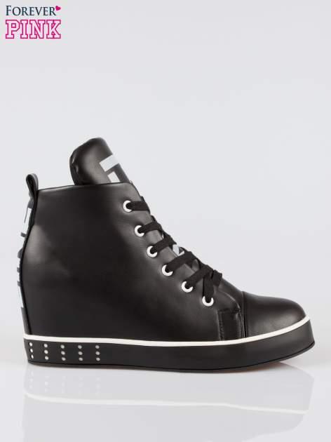 Czarne trampki na koturnie sneakersy z nadrukiem tekstowym
