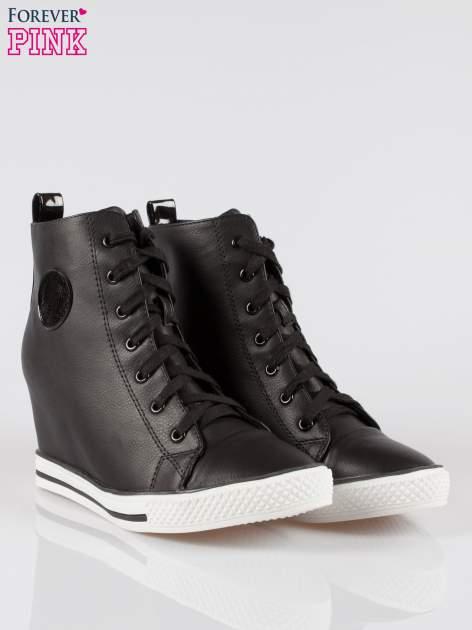 Czarne trampki na koturnie w stylu sneakersów                                  zdj.                                  2