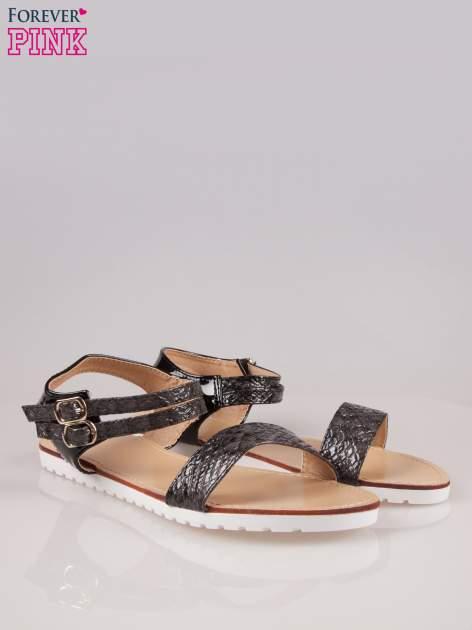 Czarne wężowe płaskie sandały z podwójną klamrą                                  zdj.                                  2