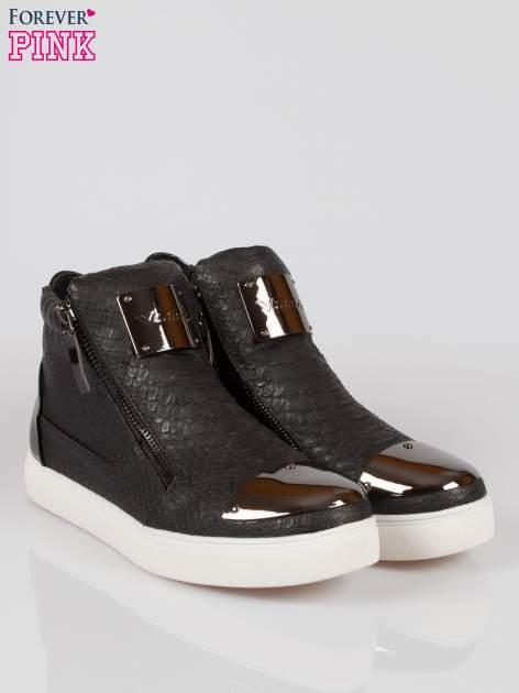 Czarne wężowe sneakersy z blaszką na nosku Charm                                  zdj.                                  2