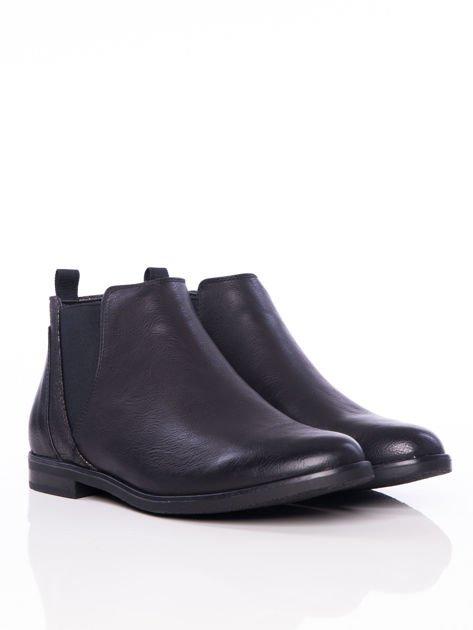 Czarne wsuwane botki na płaskim obcasie z gumkami po bokach i ozdobną mieniącą wstawką                              zdj.                              2
