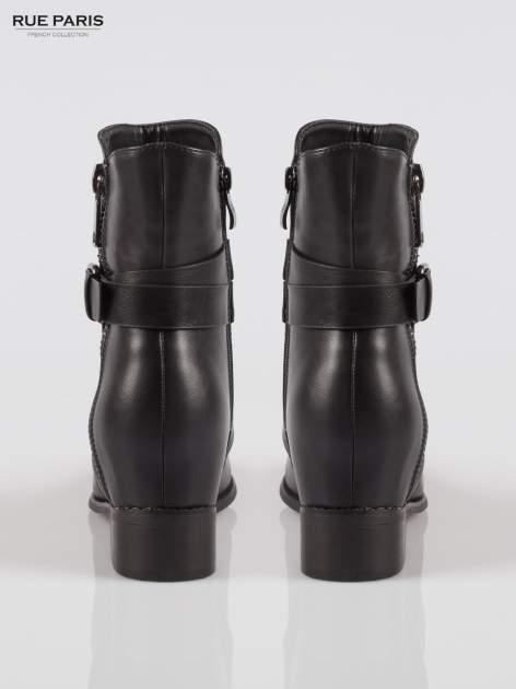 Czarne wysokie botki na ukrytym koturnie z klamerkami                                  zdj.                                  3
