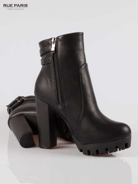 Czarne wysokie botki z klamerkami na platformie w stylu motocyklowym                                  zdj.                                  4