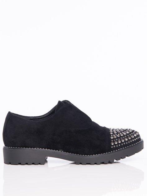 Czarne zamszowe półbuty z ozdobną wstawką z przodu buta wysadzaną błyszczącymi dżetami                                  zdj.                                  1