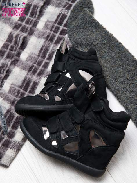 Czarne zamszowe sneakersy damskie na rzepy Verity z lustrzanymi wstawkami                                  zdj.                                  1