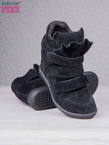 Czarne zamszowe sneakersy na rzepy                                  zdj.                                  4