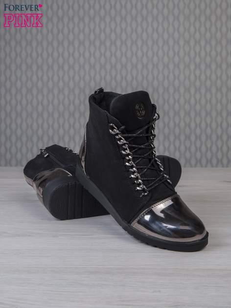 Czarne zamszowe sneakersy z lustrzanymi elementami                                  zdj.                                  3