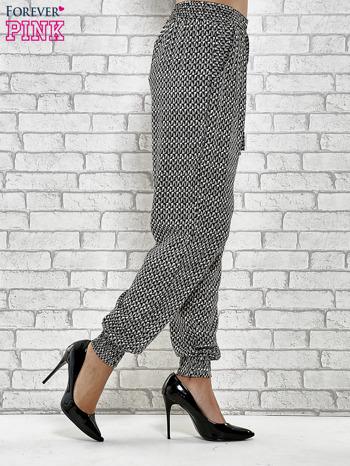 Czarne zwiewne spodnie alladynki w drobny wzór geometryczny                                  zdj.                                  3