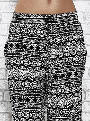 Czarne zwiewne spodnie alladynki we wzór aztecki                                  zdj.                                  5