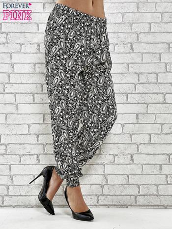 Czarne zwiewne spodnie alladynki we wzór paisley                                  zdj.                                  1