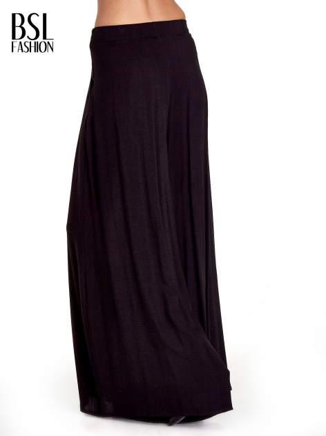 Czarne zwiewne spodnie typu culottes                                  zdj.                                  2