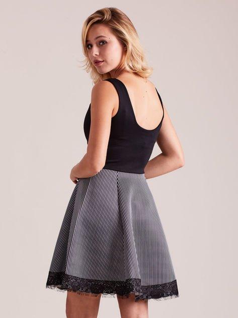 Czarno-biała sukienka z dołem w paski                              zdj.                              3