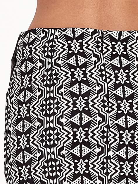 Czarno-biała wzorzysta spódnica ołówkowa ze skórzanymi modułami                                  zdj.                                  7