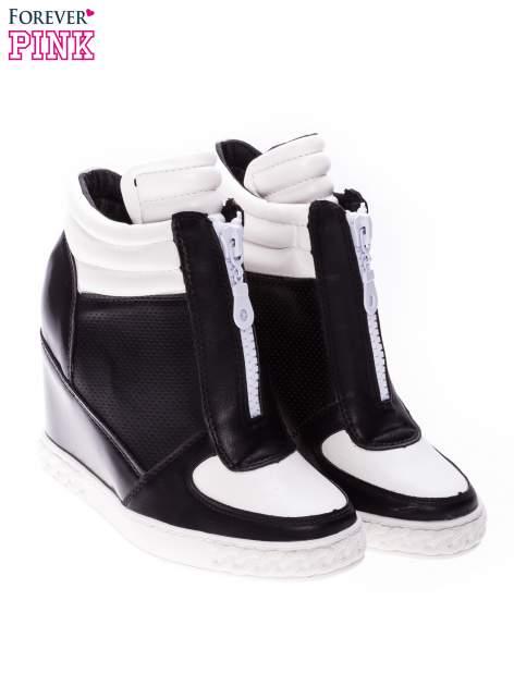Czarno-białe sneakersy z ażurowym wzorem                                  zdj.                                  2