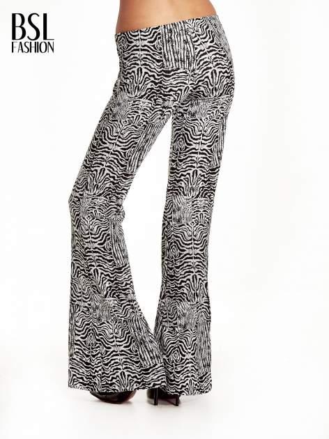Czarno-białe wzorzyste spodnie typu dzwony                                  zdj.                                  4