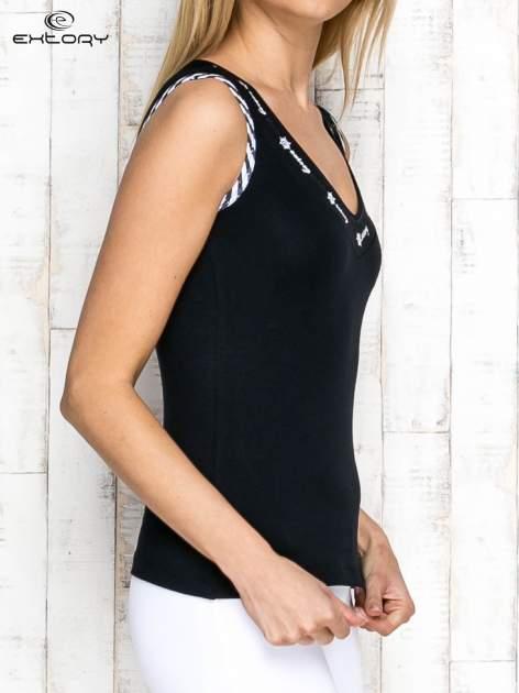 Czarno-biały top sportowy z lamówką w stylu marynarskim                                  zdj.                                  3