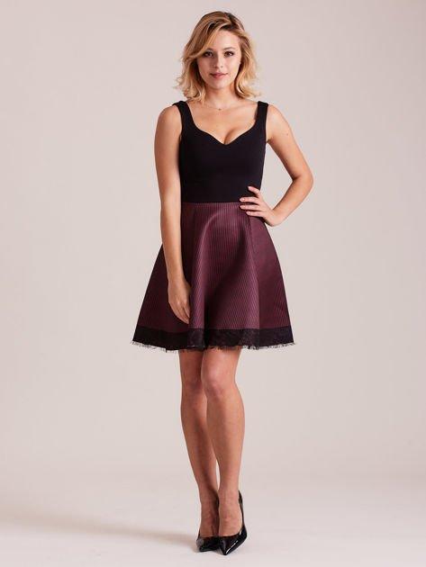 Czarno-bordowa sukienka z dołem w paski                              zdj.                              4
