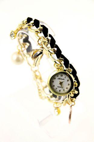Czarno- złoty zegarek damski na złotej bransolecie.