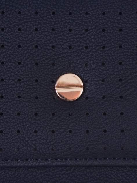 Czarny ażurowany portfel ze złotym suwakiem                                  zdj.                                  5
