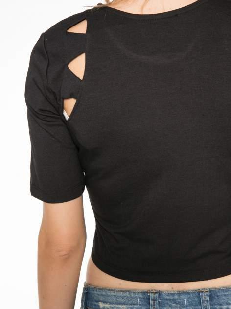 Czarny cropped t-shirt z z ozdobnymi wycięciami                                  zdj.                                  9