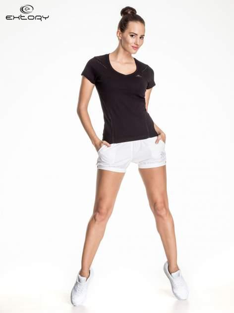 Czarny damski t-shirt sportowy ze wzorzystymi wstawkami                                  zdj.                                  2