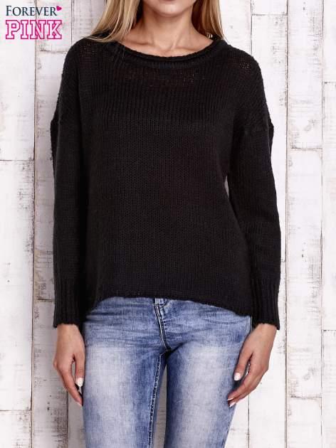 Czarny dzianinowy sweter z dłuższym tyłem                                  zdj.                                  1