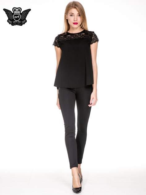 Czarny elegancki t-shirt z koronkową górą o kroju dzownka                                  zdj.                                  2