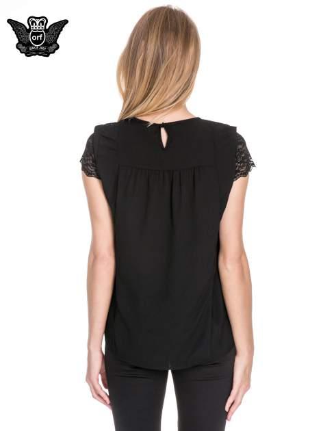 Czarny elegancki t-shirt z koronkową górą o kroju dzownka                                  zdj.                                  4