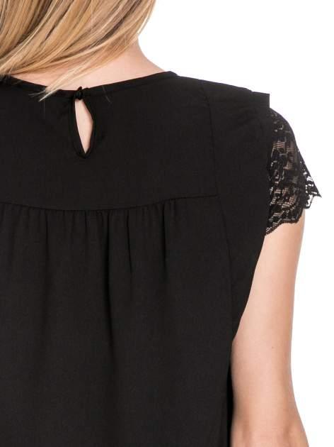 Czarny elegancki t-shirt z koronkową górą o kroju dzownka                                  zdj.                                  6
