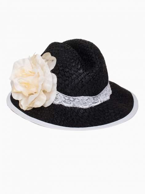 Czarny kapelusz słomiany z dużym rondem i dużym kwiatem                                  zdj.                                  4