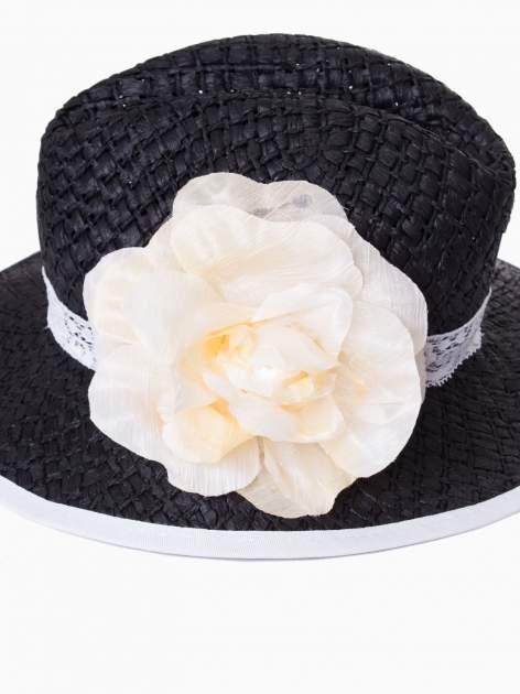 Czarny kapelusz słomiany z dużym rondem i dużym kwiatem                                  zdj.                                  9