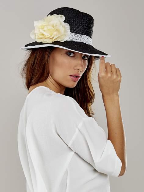 Czarny kapelusz słomiany z dużym rondem i dużym kwiatem                                  zdj.                                  3
