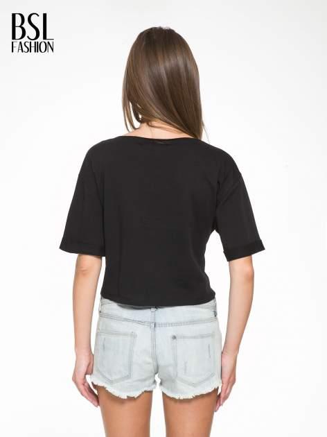Czarny krótki t-shirt z napisem ADIEU                                  zdj.                                  4