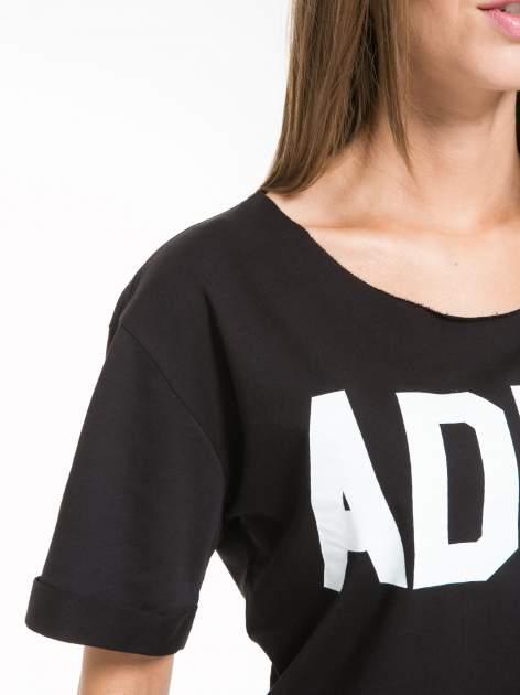 Czarny krótki t-shirt z napisem ADIEU                                  zdj.                                  6