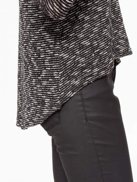 Czarny melanżowy sweter ze skórzaną lamówką przy dekolcie                                  zdj.                                  10