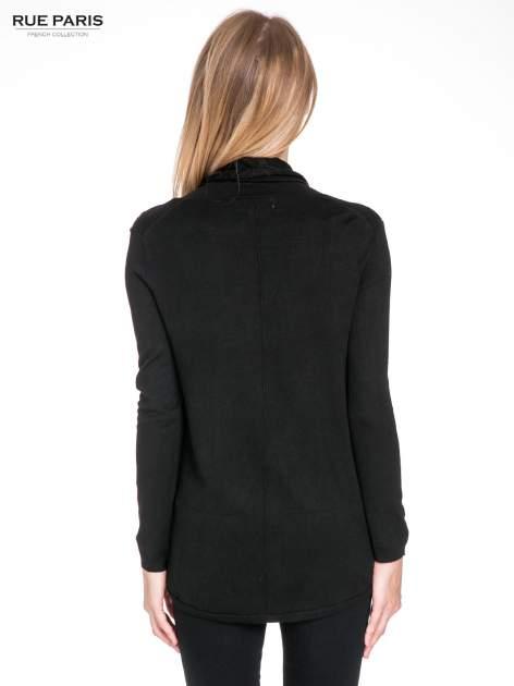 Czarny otwarty sweter narzutka z dłuższym tyłem                                  zdj.                                  4