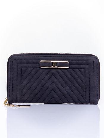 Czarny pikowany portfel z ozdobną klamerką                                  zdj.                                  1