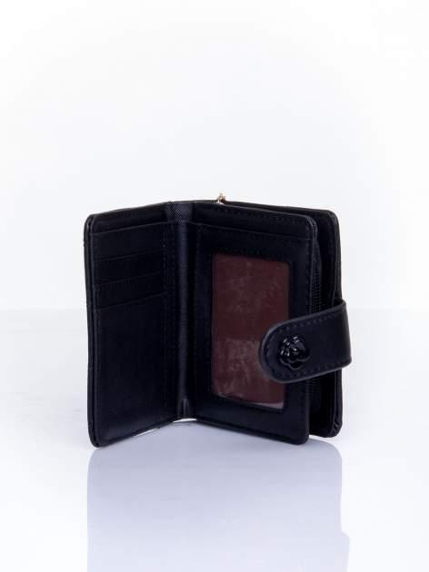 Czarny pikowany portfel z ozdobnym zapięciem                                  zdj.                                  5