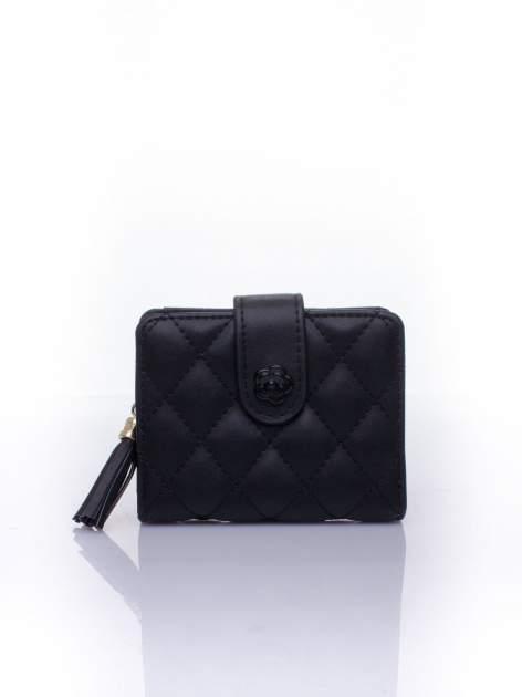 Czarny pikowany portfel z ozdobnym zapięciem                                  zdj.                                  1