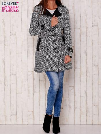 Czarny płaszcz ze skórzanym kołnierzem i paskiem                                   zdj.                                  2